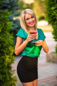 Natalie from Zaporozhye 33 years - future wife. My mid primary photo.